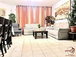 For sale garden apartment 4 rooms in a floor